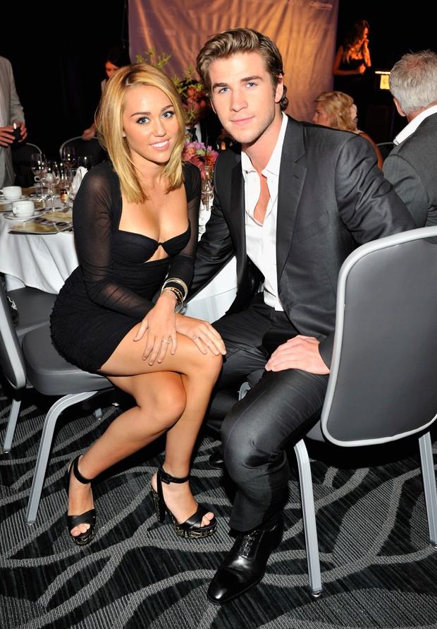 Miley Cyrus e o namorado Liam Hemsworth em evento beneficente em Los Angeles, nos Estados Unidos (Foto: Getty Images/ Agência)
