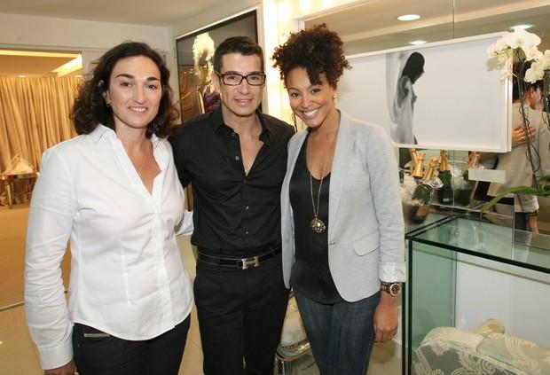 Sheron Menezzes com o maquiador Marcelo Hicho em evento beneficente em salão no Rio (Foto: Vera Donato/ Divulgação)