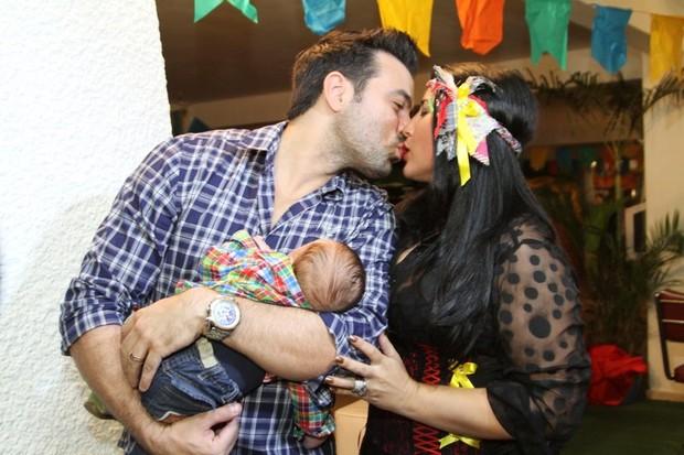 Ex-BBB Priscila Pires com o marido, Bruno Andrade, e o filho do casal, Gabriel em festa junina no Rio (Foto: Anderson Borde/ Ag. News)
