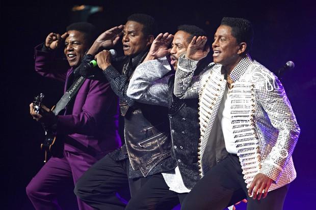 Tito, Jackie Jackson, Marlon e Jermaine Jackson em show do grupo The Jacksons em Nova York, nos Estados Unidos (Foto: Reuters/ Agência)