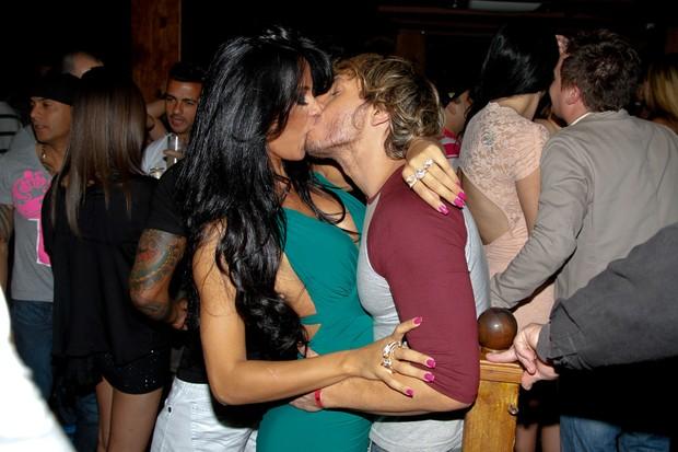 A Gata do Paulistão Lorena Bueri beija o repórter Franklin David em festa em São Paulo (Foto: Danilo Carvalho/ Ag. News)