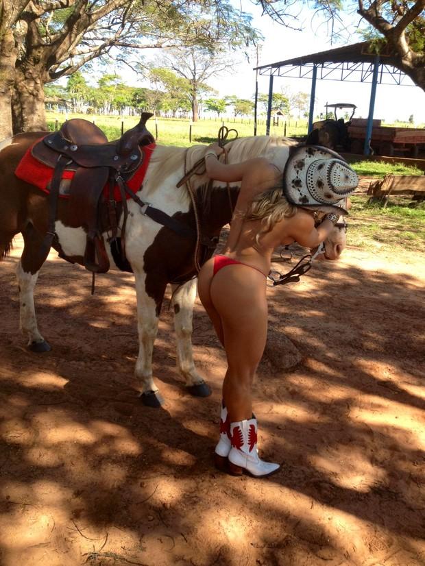 A ex-BBB Fabiana nos bastidores de ensaio nu (Foto: Divulgação)