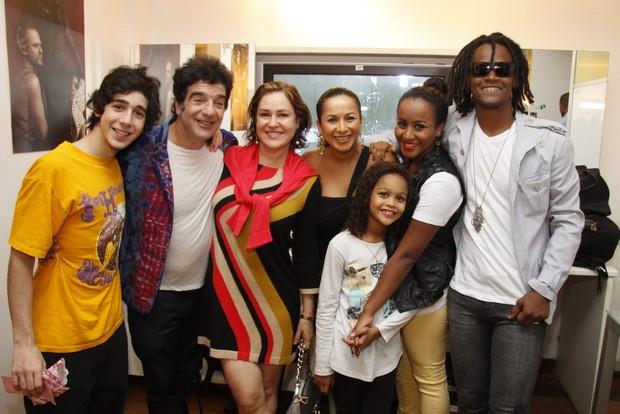 George Israel com o filho Leo e a mulher Bahie e Toni Garrido com as filhas Isadora e Vitória e a mulher Regina em bastidores de show (Foto: Felipe Assumpção/ Ag.News)