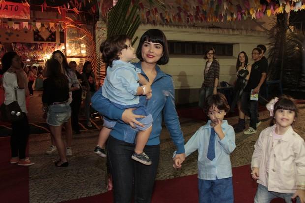 Vanessa Giácomo vai com os filhos a festa junina (Foto: Isac Luz/EGO)