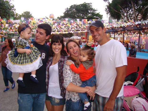 Fernanda Pontes e Dani Monteiro com filhas e marido (Foto: Rog&#233;rio Fidalgo / AgNews)