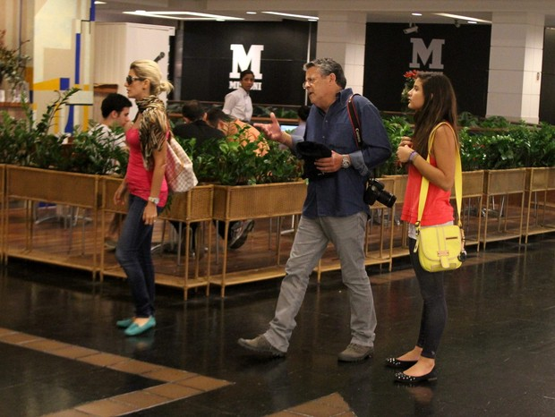 Marcos Paulo com a fam&#237;lai em shopping do Rio (Foto: Daniel Delmiro/AgNews)