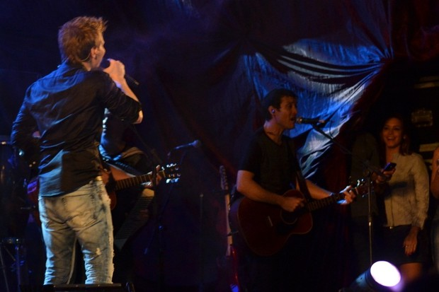 Michel Teló canta para Thaís Fersoza na coxia (Foto: Felipe Souto Maior/Divulgação)