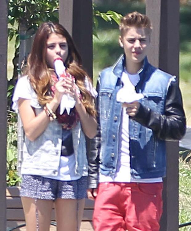 Selena Gomez e Justin Bieber em Los Angeles, nos Estados Unidos (Foto: Grosby Group/ Agência)