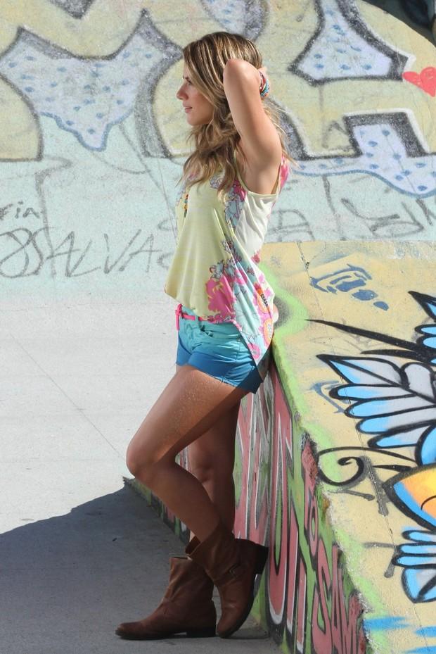 Giovanna Ewbank fotografa em praia  do Rio (Foto: Clayton Militão / Foto Rio News)