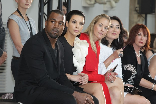 Kanye West e Kim Kardashian assistem a desfile da Semana de Moda de Paris, na França (Foto: Getty Images/ Agência)
