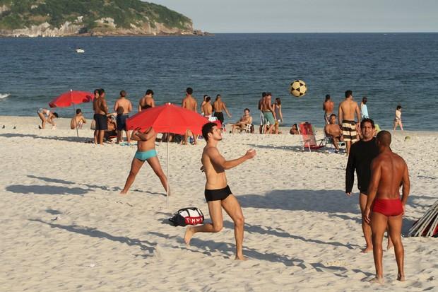 José Loreto na praia (Foto: Clayton Militão / Foto Rio News)
