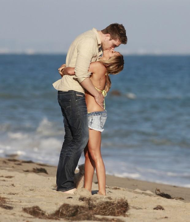 Ashley Tisdale ganha beijo do namorado Scott Speer durante comemoração seus 27 anos em Malibu, na Califórnia, nos Estados Unidos (Foto: X17/ Agência)