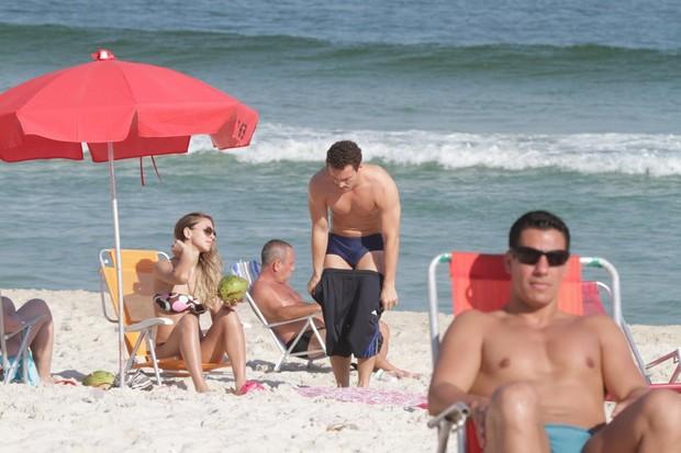 Rodrigo Andrade e namorada na praia da Barra (Foto: Delson Silva / AgNews)