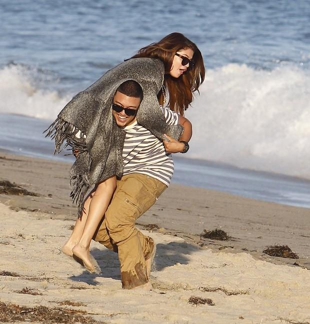 Selena Gomez brinca com um amigo em aniversário de Ashley Tisdale em Malibu, na Califórnia, nos Estados Unidos (Foto: X17/ Agência)