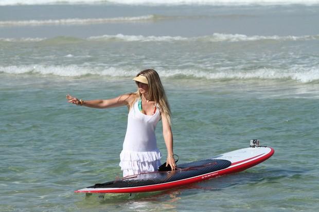 Susana Werner faz stand-up de vestidinho branco (Foto: Clayton Militão / Foto Rio News)