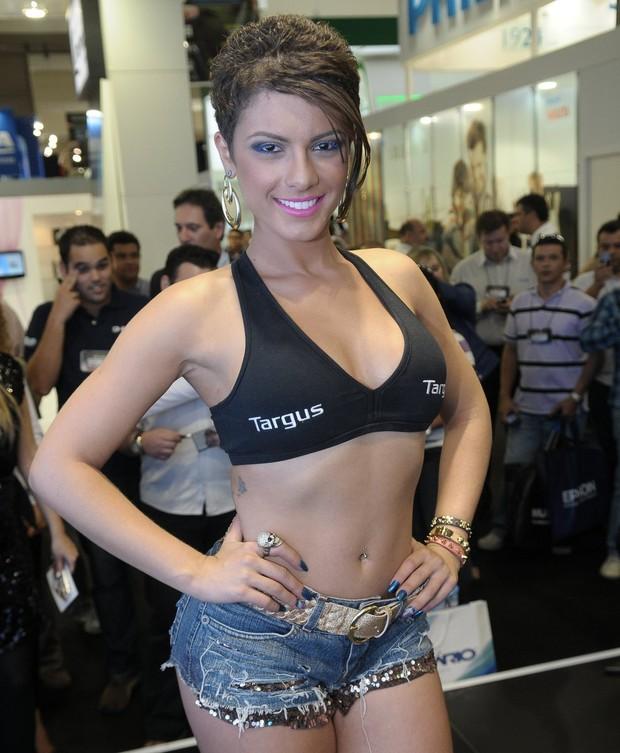 De pernas e barriga de fora, Babi Rossi participa de feira em São