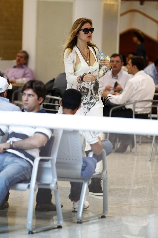 Ellen Jabour em aeroporto carioca (Foto: Leotty Junior / AgNews)
