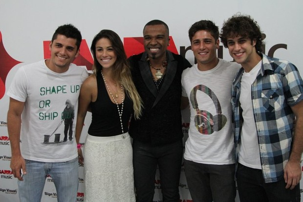 Bruno Gissoni com a namorada, a modelo Stephanie Marques, Alexandre Pires, Daniel Rocha e Ronny Kriwat, em show no Rio (Foto: Anderson Borde/ Ag. News)