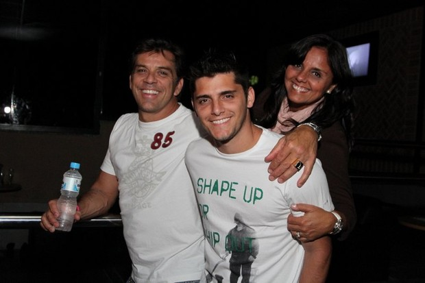 Bruno Gissoni com o pai, Beto Simas, e a m&#227;e, Ana, em show de Alexandre Pires no Rio (Foto: Anderson Borde/ Ag. News)