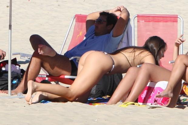 Carolina Portaluppi na praia de Ipanema (Foto: Gil Rodrigues / Foto Rio News)