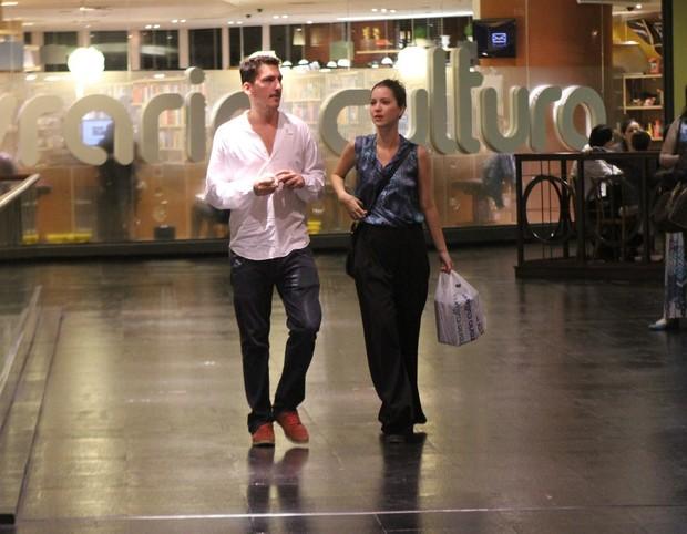 Nathalia DIll passeia com o namorado em shopping do Rio (Foto: Daniel Delmiro / AgNews)