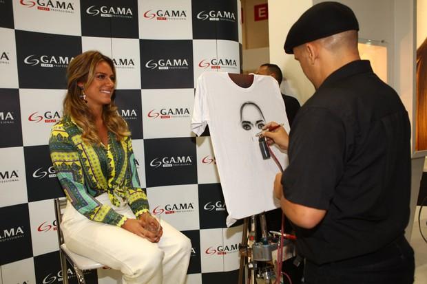 Giovanna Ewbank posa para caricatura em evento em São Paulo (Foto: Iwi Onodera / EGO)