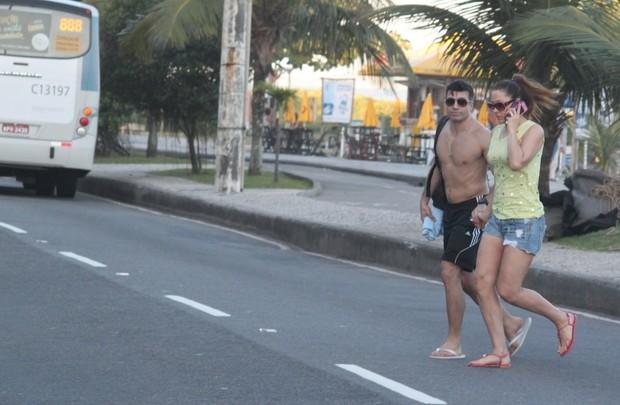 Claudia Raia e o namorado, Jarbas Homem de Mello, saindo da praia (Foto: Fabio Martins / AgNews)