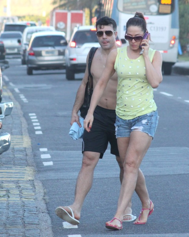 Claudia Raia e Namorado saindo da praia  (Foto: Fabio Martins / AgNews)