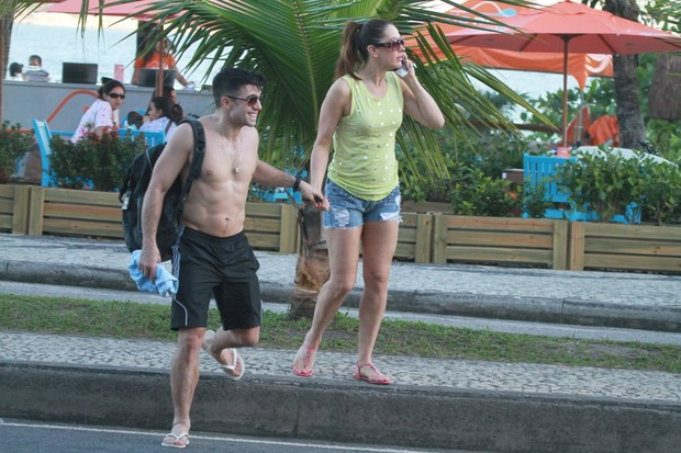 Claudia Raia e o namorado, Jarbas Homem de Mello, saindo da praia (Foto: Fábio Martins / AgNews)