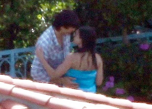 Ashton Kutcher e Mila Kunis se beijam (Foto: Agência X17)