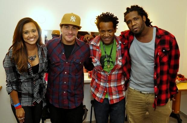 Thaíssa Carvalho posa com integrantes do Trio Ternura em bastidores de show no Rio (Foto: Roberto Teixeira,/ Divulgação)