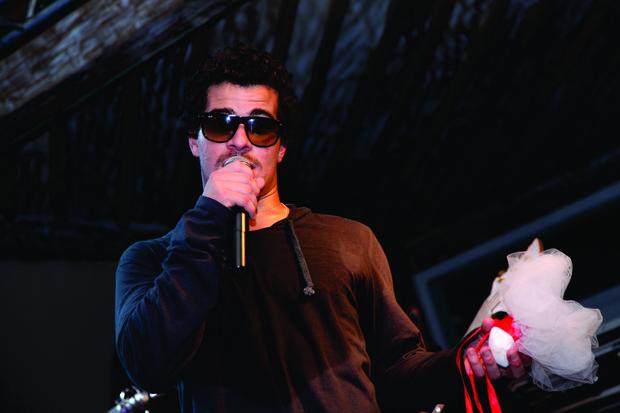 Thiago Martins se declara para Paloma Bernardi em show (Foto: Francisco Dumont/Divulgação)
