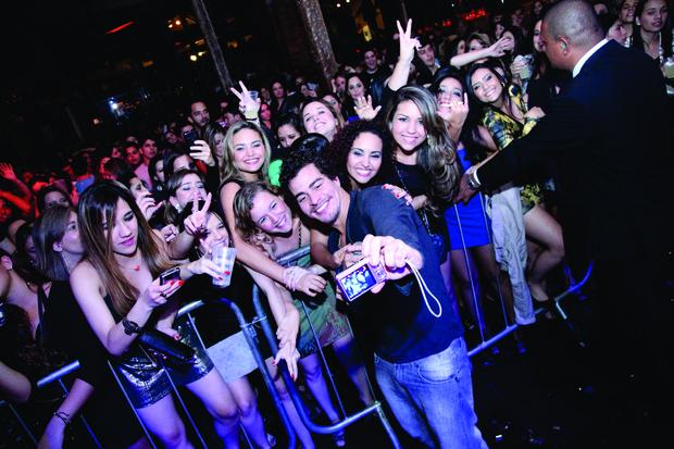 Thiago Martins faz sucesso com as meninas em Belo Horizonte (Foto: Francisco Dumont/Divulgação)