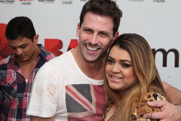 Henri Castelli e Preta Gil em bastidores de show no Rio (Foto: Anderson Borde/ Ag. News)