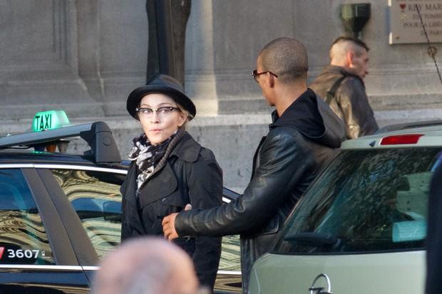 Madonna e o namorado Brahim Zaibat em Paris, na França (Foto: Getty Images/ Agência)