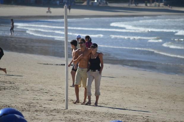 Sharon Stone com o namorado Martin Mica em Balneário Camboriú (Foto: Paula Martins / AgNews)