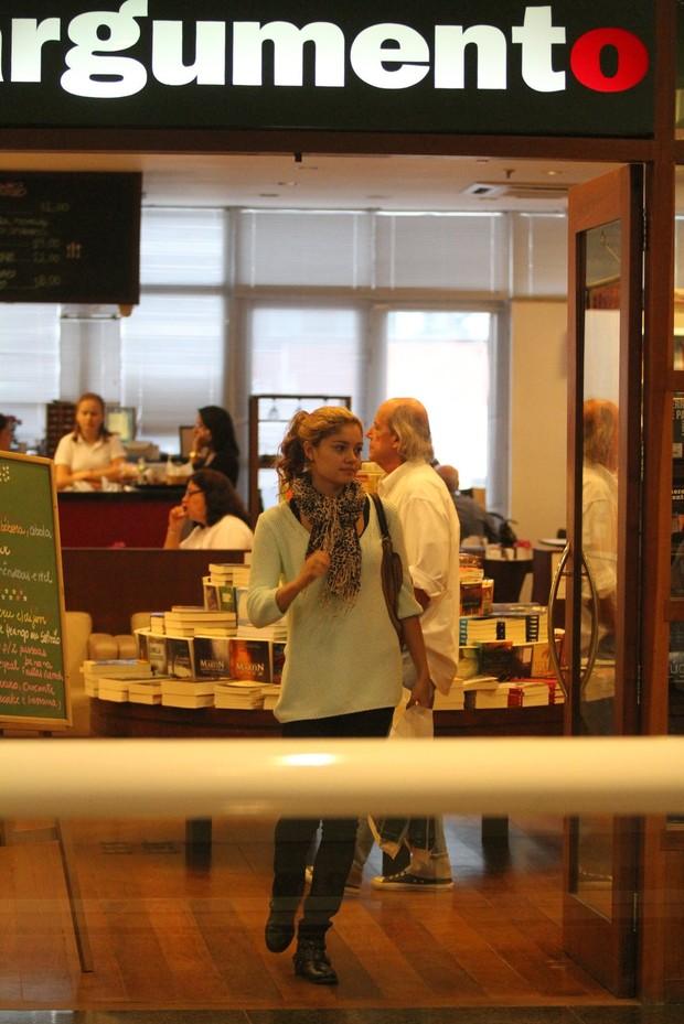 Sophie Charlotte em livraria de shopping do Rio (Foto: Clayton Militão / Foto Rio News)