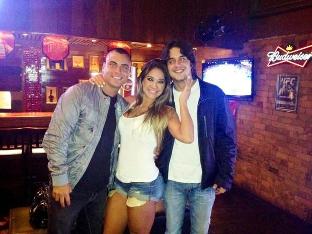 Biel Maciel, Mayra Cardi e Guilherme Boury em bar no Rio (Foto: Divulgação)