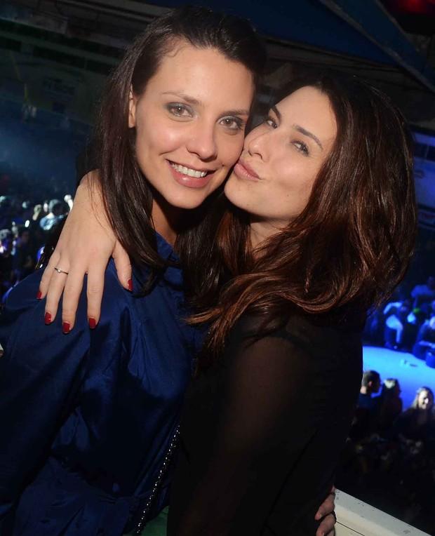 """Camila Rodrigues e Fernanda Paes Leme no """"Baile da Favorita"""" (Foto: Ari Kaye / Divulgação)"""