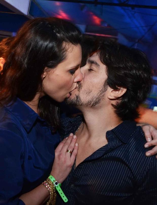 """Camila Rodrigues beija marido no """"Baile da Favorita"""" (Foto: Ari Kaye / Divulgação)"""