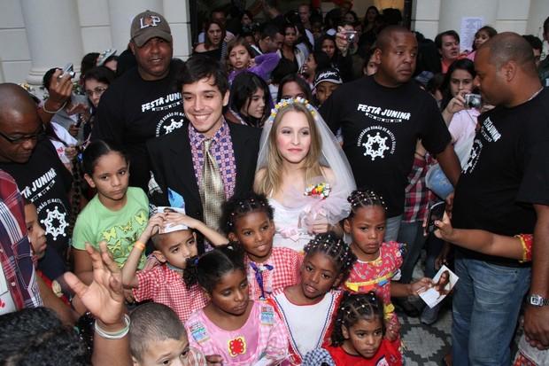 Barnardo Falcone e Carla Diaz com as crianças do orfanato (Foto: Roberto Filho/AgNews)