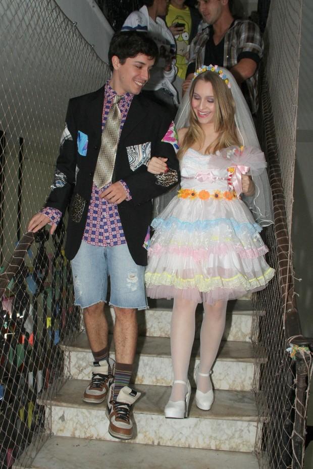 Barnardo Falcone e Carla Diaz  vestidos de noivos (Foto: Roberto Filho/AgNews)
