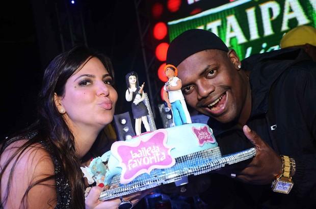 """Carol e MC Marcinho no """"Baile da Favorita"""" (Foto: Ari Kaye / Divulgação)"""