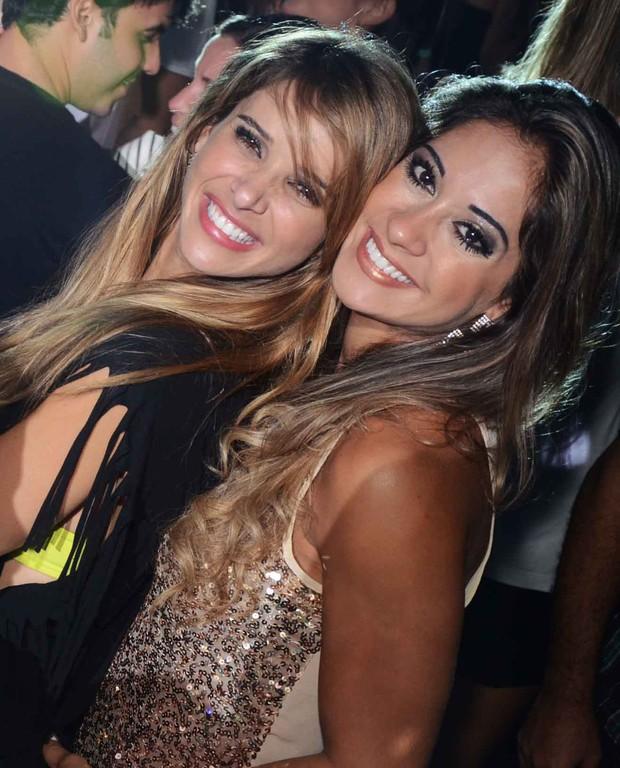 "Dani Bananinha e Mayra Cardi no ""Baile da Favorita"" (Foto: Ari Kaye / Divulgação)"