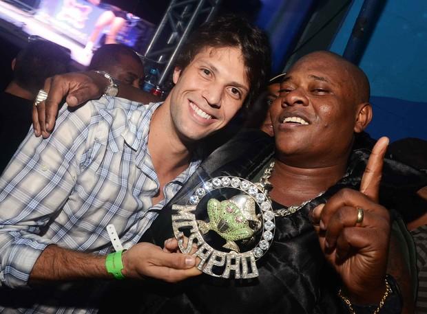 """Gustavo Leão e Sapão no """"Baile da Favorita"""" (Foto: Ari Kaye / Divulgação)"""