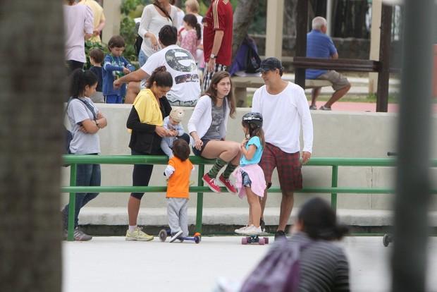 Eduardo Moscovis anda de skate com as filhas no Rio (Foto: Gil Rodrigues/Photo Rio News)