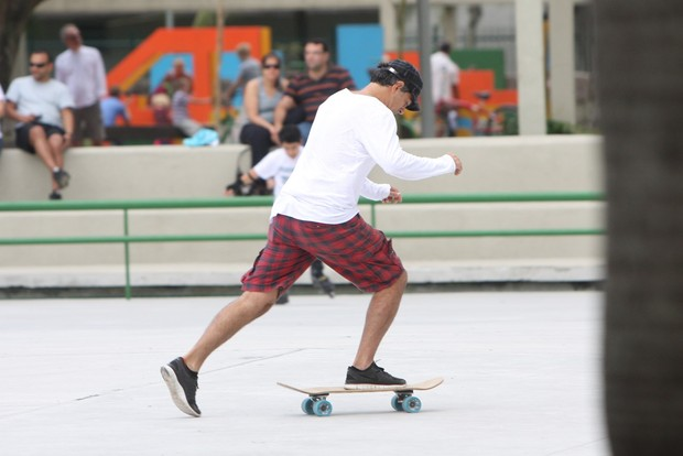 Eduardo Moscovis anda de skate no Rio (Foto: Gil Rodrigues/Photo Rio News)