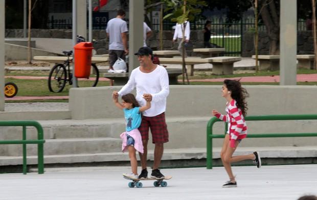 Eduardo ensina Manuela a andar de skate (Foto: Wallace Barbosa/AgNews)