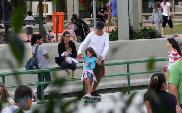 Família observa pai e filha brincando (Foto: Wallace Barbosa/AgNews)