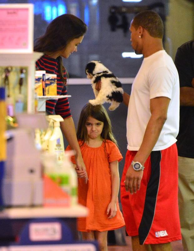 Katie Holmes com Suri em pet shop (Foto: Agência/Getty Images)